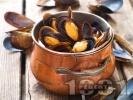 Рецепта Лесни задушени миди с черупка в бяло вино с масло, чесън и червен пипер
